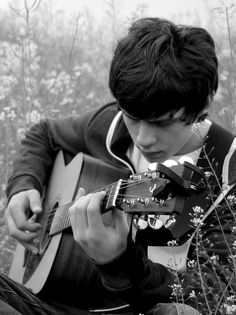 Jake Bugg among the wildflowers with his Yamaha FG700MS Acoustic Guitar #gear #guitars #guitarclub
