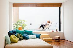Ser um espaço de relaxamento, com um imenso futon e muitas almofadas (Futon Company) é uma das vocações deste ambiente. O piso, aqui, no corredor e nos quartos, oferece o toque quente da madeira, na versão de réguas de cumaru (Pau-Pau).