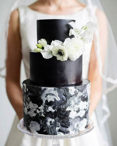 Amazing black wedding cake adorned with flowers modern wedding cake Black White Cakes, Black And White Wedding Cake, White Wedding Cakes, Candy Cakes, Cupcake Cakes, Beautiful Cakes, Amazing Cakes, Painted Cakes, Decorated Cakes