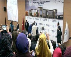 Yıldırım Beyazıt Üniversitesi (YBÜ) Hukuk Fakültesi Dekanı, Cumhurbaşkanı Recep Tayyip Erdoğan'ın elini öpmek istedi fakat reis-i cumhur izin vermedi