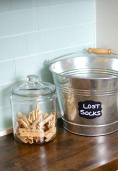 In je kleerkast, je wasplaats of badkamer: iedereen heeft een bak, zak, emmer, ... nodig voor verloren sokken