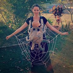 35 Ideas To Turn Your Baby Carrier Into A Great Halloween Costume Mama & Baby Halloween Kostüm Costume Halloween Porte Bebe, Halloween Kostüm Baby, Newborn Halloween Costumes, Fete Halloween, Family Halloween Costumes, Holidays Halloween, Halloween Spider, Mom And Baby Costumes, Newborn Costumes