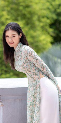 Most Beautiful Black Women, Beautiful Models, Cute Asian Girls, Beautiful Asian Girls, Ao Dai, High Fashion Poses, Burmese Girls, Vietnamese Traditional Dress, Asian Model Girl