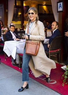Jennifer Aniston wraps up in beige coat and jeans can find Jeans and more on our website.Jennifer Aniston wraps up in beige coat and jeans Outfit Loafers, How To Wear Loafers, Loafers For Women Outfit, Mocassins Gucci, Gucci Loafers, Gucci Shoes, Estilo Jennifer Aniston, Jenifer Aniston, Star Fashion