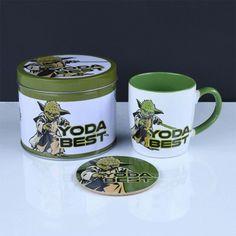 Boîte Cadeau Yoda The Mandalorian avec Mug et Sous-Verre Star Wars Mugs, Star Wars Gifts, Couple Presents, Star Wars Merchandise, Cork Coasters, Tin Gifts, Star Wars Collection, Cool Lego, Coaster Set