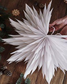 Christmas Origami, Noel Christmas, Christmas Snowflakes, Christmas Paper, Paper Decorations, Christmas Tree Decorations, Christmas Wreaths, Christmas Ornaments, Scandinavian Christmas