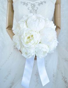 大輪のホワイトシャクヤクのナチュラルクラッチブーケ。すべて造花のお花です。 Silk Flower Bouquets, Silk Flowers, Flowers