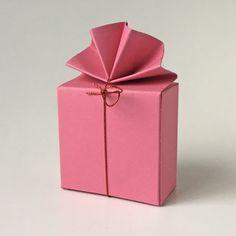 Geschenkschachtel FA 2 6x6x3 cm, mit elastischem Bändchen #Pralinenverpackung #Geschenkschachtel #Tischdekoration #Hochzeitsgeschenke Container, Wedding Favors, Paper Board