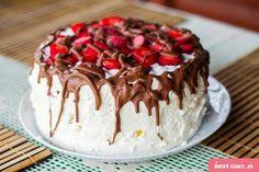 Tort bezowy z bitą śmietaną i truskawkami