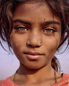 UK photographer Magdalena Bagrianow went on a trip through rural India, capturing unique portraits of the local people she met. The results are beautiful! Gypsy Girls, Gypsy Women, We Are The World, People Of The World, Most Beautiful Eyes, Beautiful People, Portraits Illustrés, Girl With Green Eyes, White Eyeshadow