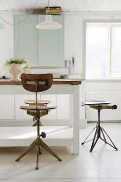 love that light and those bar stools!