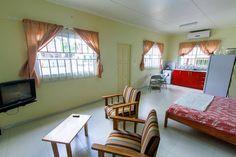 Prinsessestraat, Paramaribo Studio te huur: http://www.casacama.com/huren/zoeken/index.php?showdetails=462  2x volledig ingerichte en goed beveiligde studio-appartementen in het centrum van Paramaribo. Met een grote tuin, fruitbomen en planten. Deze laagbouwwoning heeft 2x ruime studio met keuken, badkamer/toilet, TV-zithoek, tweepersoonsbed. Er is ook een beveiligd buitenterras om te zitten en hangmatten op te hangen, een TV-kamer in de Algemene ruimte en volledig ingerichte keuken.