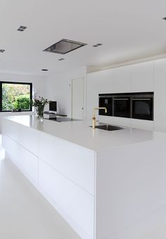 White dream of a kitchen! Clear lines, small details, huge space and minimalism makes this kitchen beautiful. White dream of a kitchen! Clear lines, small details, huge space and minimalism makes this kitchen beautiful. Kitchen Inspirations, White Kitchen Cabinets, Luxury Kitchen, Kitchen Renovation, Modern Kitchen Design, Best Kitchen Designs, Small Modern Kitchens, Contemporary Kitchen, Rustic Kitchen