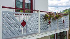 Tolles Balkongeländer aus Aluminium für euer Eigenheim. Preiswert und pflegeleicht. dan moderner Pulverbeschichtung. Garantiert ein Hingucker! #Guardi #Österreich #Aluminium #Alu #Aluminiumgeländer #Balkon #Balkongeländer #Altenmarkt #klassisch #Geländer# Grau #Rot Balcony Grill Design, Balkon Design, Modern, Stairs, Outdoor Structures, Fun, Home Decor, Aluminum Fence, Balcony Ideas