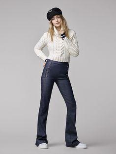 Gigi Hadid pour Tommy Hilfiger en pull marin, casquette et jean taille haute