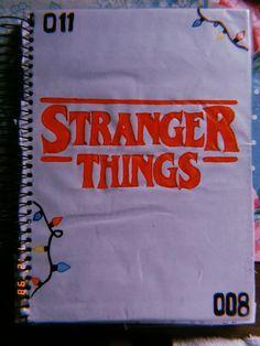 Capa stranger things - New Ideas Stranger Things Logo, Stranger Things Characters, Watch Stranger Things, Stranger Things Season 3, Stranger Things Aesthetic, Stranger Things Netflix, Starnger Things, Bullet Journal Writing, Diy Notebook