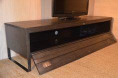 Meuble TV bois et métal, réalisé à partir d'un ancien vestiaire métallique. Meuble TV industriel visible sur hewel-mobilier.com