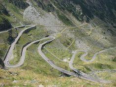 Rodovia Transfagarasan, na Romênia, é considerada a mais complicada auto estrada da Europa Oriental.  Fotografia: Cristian Bortes.  – Wikipédia, a enciclopédia livre