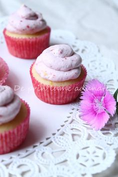 "De prin lume adunate...: Mini-Cupcakes ""Limonada de capsuni""/ Strawberry Lemonade Mini Cupcakes"