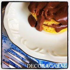 Receita de bolo de caneca Dukan: cenoura com calda de chocolate. Feito no microondas em menos de 3 minutos, perfeito para um lanche da tarde. Confira a receita, modo de fazer e dicas da Flávia Ferrari no DECORACASAS.