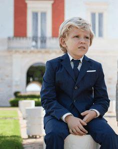 bimbo con vestito elegante blu gessato, con cravatta abbinata