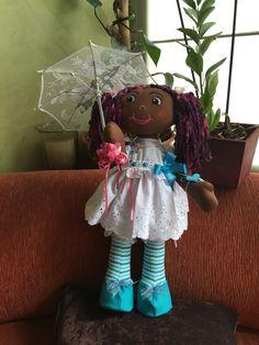 Muñecas negras con lindos vestidos y accesorios