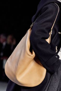 Celine Fall 2019 Ready-to-Wear Collection - Vogue Vogue Paris, Fall Bags, Lv Handbags, Fashion Show, Fashion Trends, Paris Fashion, Fashion Fashion, Runway Fashion, Celine Bag