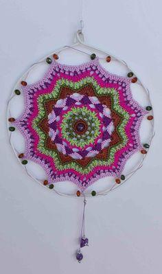 Mandala decorativo hecho a mano en crochet de algodón para