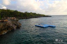 West View - San Andrés Islas - Colombia.  West View es una hermosa piscina natural ubicada al suroeste de la isla, aqui podras apreciar una enorme variedad de peces de colores, corales e incluso un museo hundido en el mar. En este lado de la isla no hay playa, se accede al agua mediante escaleras, rodaderos y trampolines.  http://www.sanandresislas.com.co/west-view-san-andres