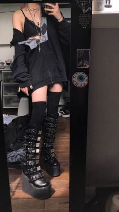 Aesthetic Grunge Outfit, Aesthetic Fashion, Look Fashion, Aesthetic Clothes, Goth Aesthetic, Korean Fashion, Grunge Fashion, Fashion Mask, 80s Fashion