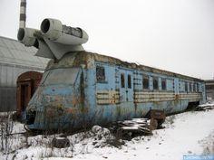 今日のスクープ: ソビエト時代の、幻のターボ・ジェット推進列車の先頭車両が、奇跡的に生き残っているようだ。このような人類科学史の生き証人は、レストアして屋内で保管しなくてはいけないのだが・・・。 #オーパーツ pic.twitter.com/npuK9SQrpF