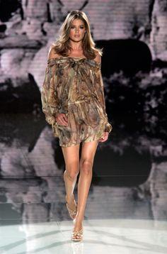 Doutzen Kroes au défilé Versace printemps-été 2006: http://www.vogue.fr/mode/cover-girls/diaporama/le-top-doutzen-kroes-en-50-looks/7495#!versace