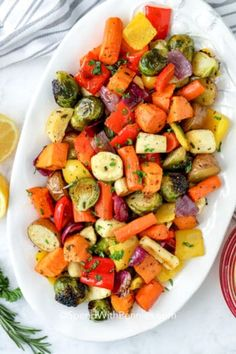 Roasted Vegetables with Smashed Garlic. Roasted Vegetables with Smashed Garlic Recipes Fall is the perfect time for oven roasted vegetables! These easy roasted vegetables are tossed in a delicious hum. Honey Roasted Carrots, Oven Roasted Asparagus, Roasted Cabbage, Roasted Vegetables, Veggies, Roasted Garlic, Healthy Steak Recipes, Easy Recipes, Meatless Recipes