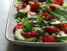 Salat med marinerede jordbær og ærter