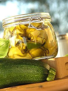 Cukinie w oliwie z bazylią i miętą.  Bardzo przepyszne. Do samodzielnego spożywania z pieczywem przede wszystkim. Ale także do sałatek i jako dodatek do pieczonych mięs. Pycha ogromna!