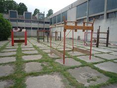 Cinque luoghi per pensieri sospesi Oreste Sabadin e tutte le classi di una scuola primaria - Maggio 14 realizzate con materiali di recupero
