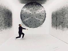 Imaginée par Karina Smigla-Bobinski, ADA est une installation interactive analogique, une machine de création artistique post-numérique et une sculpture cinétique.