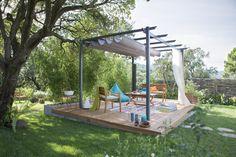 Une terrasse en bois au milieu du jardin