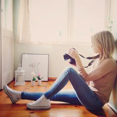 Converse, skinny jeans, and a camera ;) also, fabulous hair. High Top Converse Outfits, White High Top Converse, White High Tops, Converse Sneakers, Cheap Converse, Black Converse, White Shoes, Fall Outfits, Casual Outfits