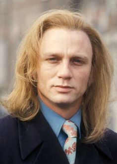 James Bond back in his hippie days! Daniel Craig looking exceptionally creepy with long hair: Daniel Craig, Craig James, Rachel Weisz, James Bond, Amor Humor, Tastefully Offensive, Hollywood, College Humor, Bad Hair Day