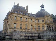Château+de+Vaux-le-Vicomte:+Façade+du+château+de+style+classique+avec+sa+rotonde,+et+douves - France-Voyage.com