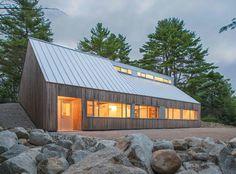 Ruhige Zuflucht: Haus in dichtem Wald erinnert an ein Berghütte mit modernen Features