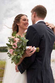"""Kari og Kristian tok et noe utradisjonelt valg ved å ha fotograferingen før vielsen. Dette er noe jeg virkelig vil anbefale hvis man har vielse litt sent på dagen og man klarer å få tid til det. Dette gjør at man kan nyte dagen med gjestene etter vielsen. I tillegg får man sjansen til å ta """"first look"""" bilder som jeg synes er så koselige å ha.  #Bryllupsfotograf #Bryllupsfotografering #isesjø Bridesmaid Dresses, Wedding Dresses, Studios, People, Lantern, Creative, Bridesmade Dresses, Bride Dresses, Bridal Gowns"""