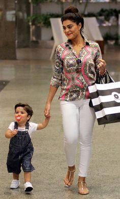 Acompanhada do filho pedro, Juliana Paes foi ao shopping com produção básica e confortável: camisa estampada, calça branca e rasteira.