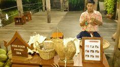 A demonstration to make souvenirs