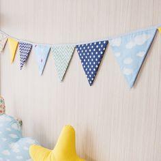 O Varal de Bandeirinhas Montessoriano completa decoração do quarto do bebê, deixando o ambiente super alegre e divertido.