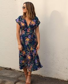 The Lois dress from Tesutti patterns is so dreamy and is currently OFF. Imagine making this in an autumnal floral viscose crepe, you… Short Sleeve Dresses, Dresses With Sleeves, Viscose Fabric, Autumnal, Couture, Patterns, Floral, How To Make, Inspiration