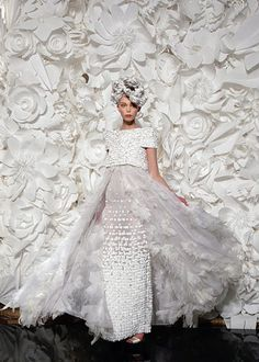 See more about paper flower backdrop, chanel couture and paper flower wall. Chanel Couture, Dress Couture, Chanel Runway, Couture Bridal, Bridal Gown, Estilo Fashion, Look Fashion, Fashion Show, Fashion Design