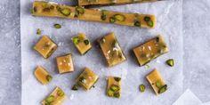 Søde, bløde karameller med let ristede pistacienødder og store strejf af salt. Umulige at modstå.