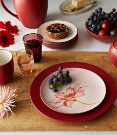 Colorwave Raspberry, featuring the floral accent plate. http://noritakechina.com/colorwave-raspberry-3983.html #noritake #colorwave #dining #dinnerware #tablescape